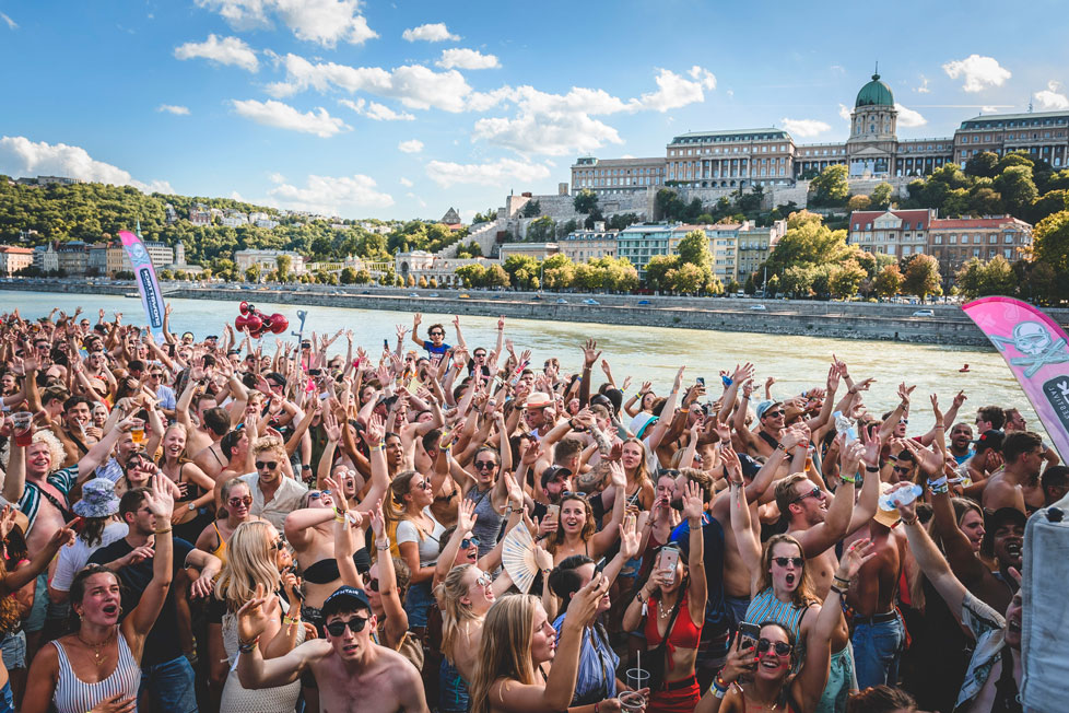 https://cdn2.szigetfestival.com/c16sbhl/f851/ru/media/2020/02/boatparty4.jpg